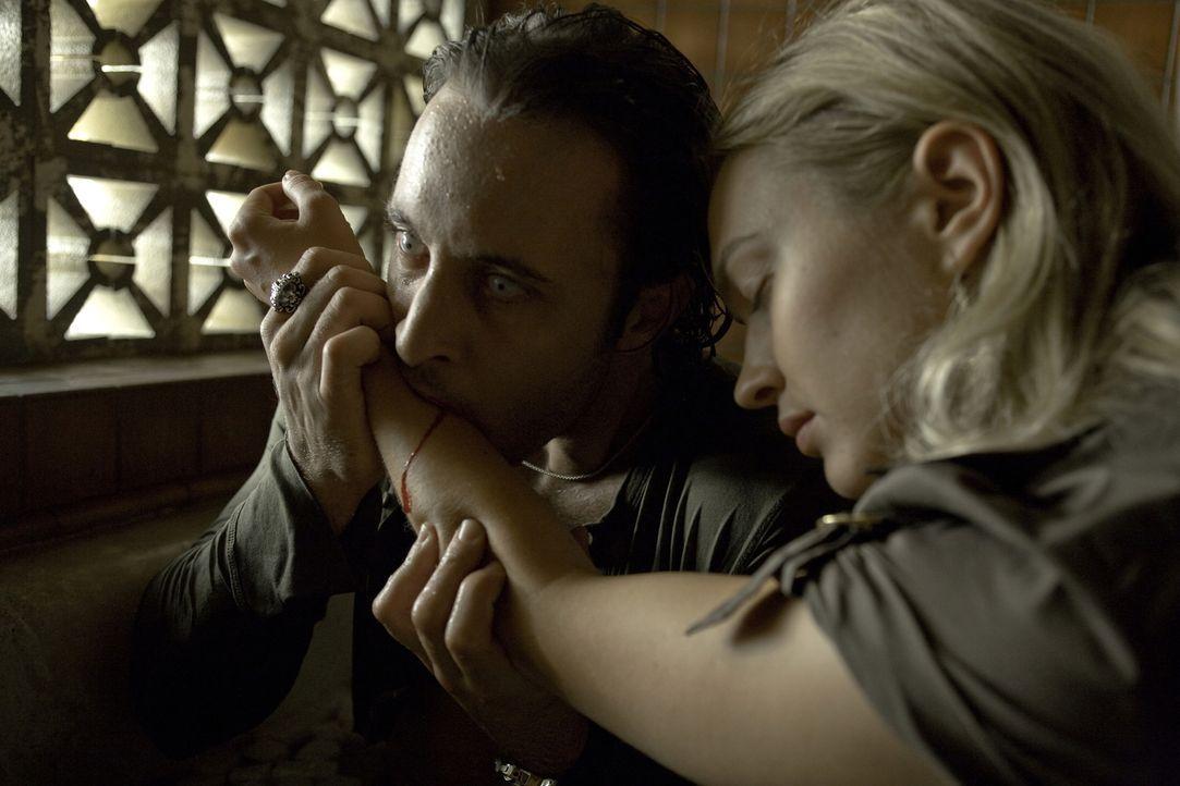der völlig kraftlose Mick (Alex O'Loughlin, l.) sehnt sich nur noch nach einer Sache: Blut! Da macht sich  Beth (Sophia Myles, r.) auf, das ungewöhn... - Bildquelle: Warner Brothers