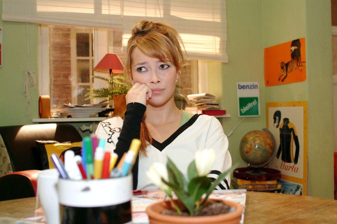 Nachdem sie Timo spontan geküsst hat, fühlt sich Hannah (Laura Osswald) einsamer denn je... - Bildquelle: Sat.1