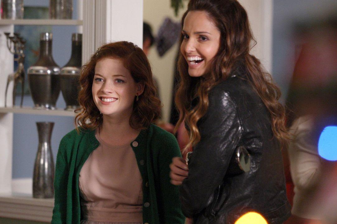 Tessa (Jane Levy, l.) verfolgt den Plan, Zoey (Gloria Votsis, r.) und ihren Vater wieder zusammen zu bringen. Doch ist das wirklich eine gute Idee? - Bildquelle: Warner Bros. Television