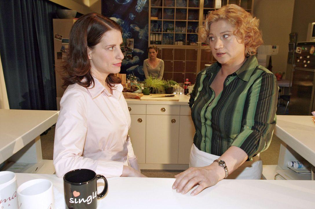Inka (Stefanie Höner, l.) will sich endlich mit Agnes (Susanne Szell, r.) versöhnen. - Bildquelle: Sat.1