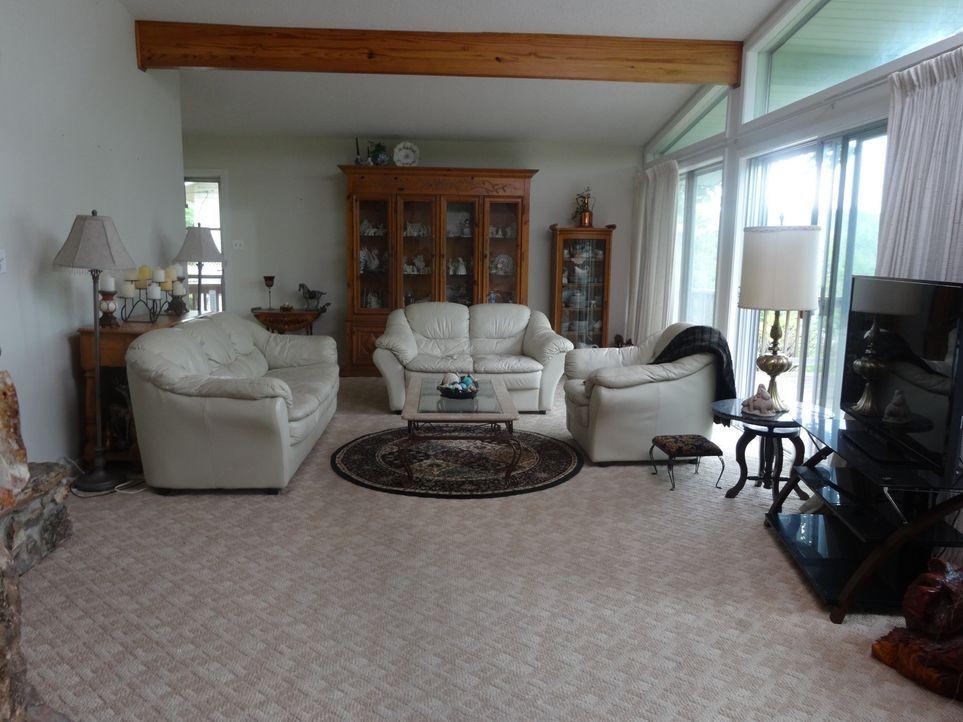 Das helle lichtdurchflutete Wohnzimmer im Bungalow Retreat sagt Amanda und Ted auf Anhieb zu. Wird sie auch der Rest des Hauses so begeistern? - Bildquelle: 2015,HGTV/Scripps Networks, LLC. All Rights Reserved