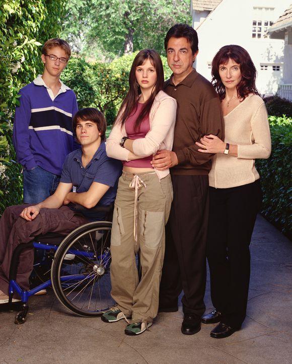 (1. Staffel) - Eigentlich eine ganz normale Familie: Will (Joe Mantegna, 2.v.r.), Helen (Mary Steenburgen, r.), Luke (Michael Welch, l.) Kevin (Jaso... - Bildquelle: Sony Pictures Television