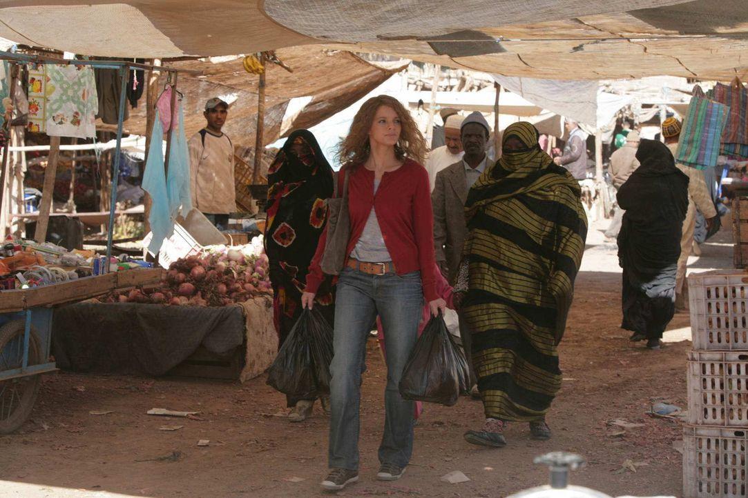Um im Sudan nicht länger aufzufallen, macht sich Karla (Yvonne Catterfeld, l.) zum Bazar auf. Dort kauft sie sich eine Burka und Haarfärbemittel. Au... - Bildquelle: SAT.1