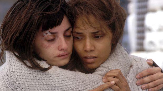 Geraten an einen aggressiven Geist: Miranda (Halle Berry, r.) und Chloe (Pené...
