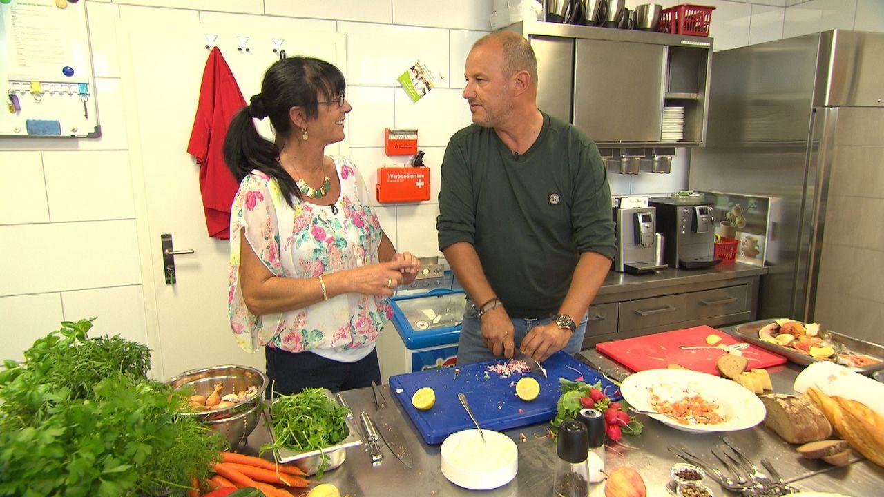 """Kann Frank Rosin (r.) Lydia Aghegyi (l.) und dem """"Gasthaus Zum Eck"""" wirklich helfen? - Bildquelle: kabel eins"""