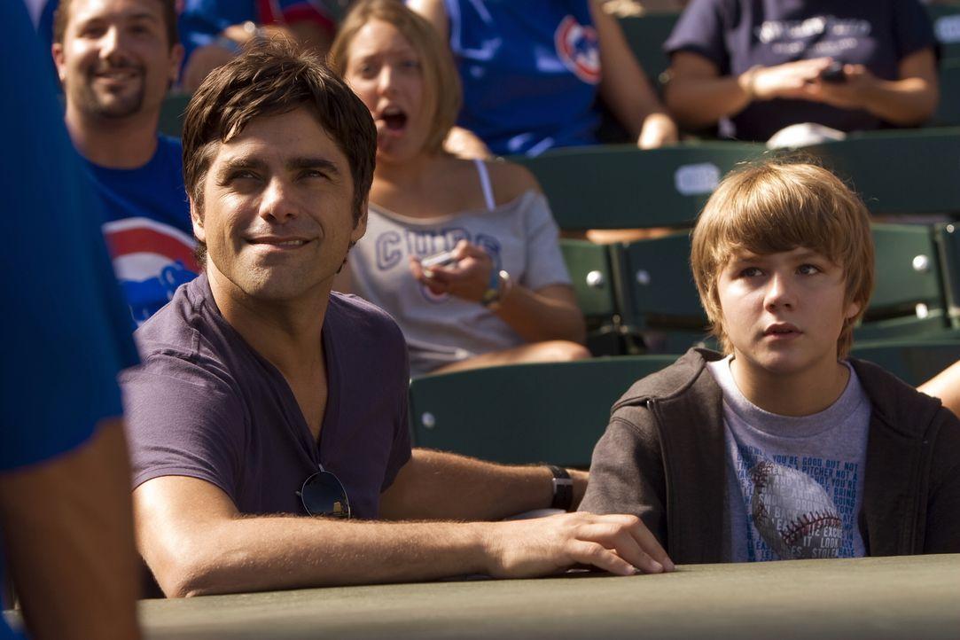 Um Joshua (Miles Heizer, r.) eine Freude zu machen, geht Tony (John Stamos, l.) mit ihm zu einem Baseballspiel ins Wrigley Field Stadion ... - Bildquelle: Warner Bros. Television