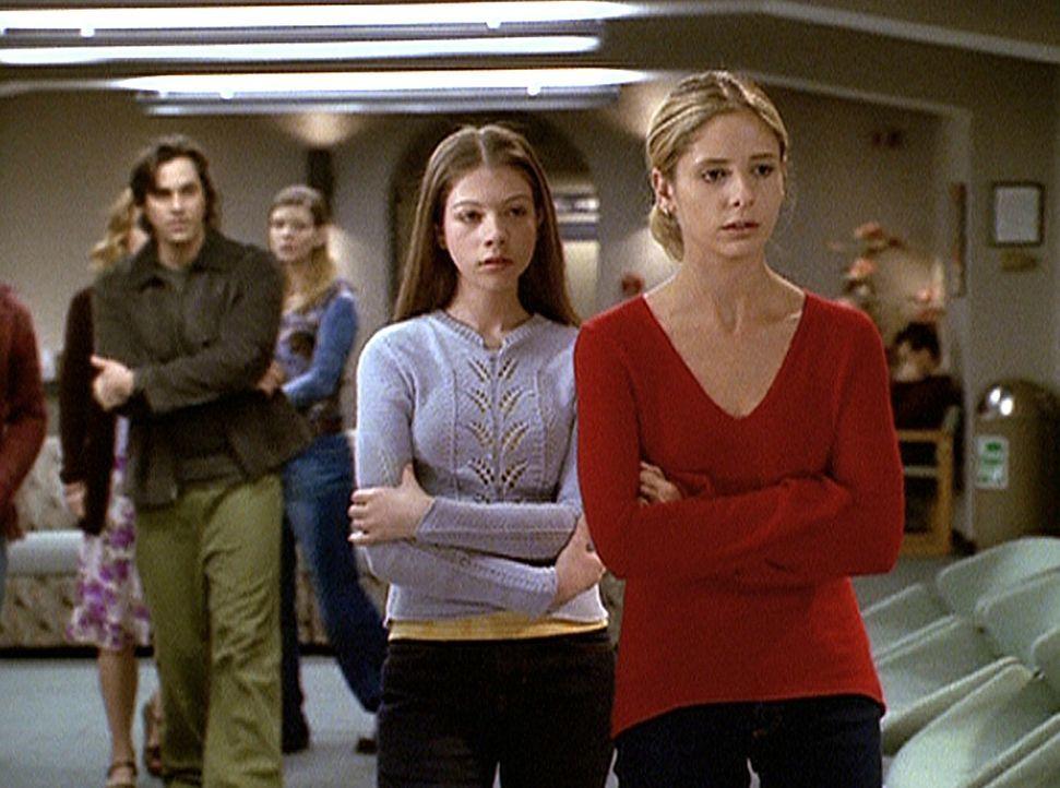 Buffy (Sarah Michelle Gellar, r.) und Dawn (Michelle Trachtenberg, 2.v.r.) haben gerade erfahren, dass ihre Mutter Joyce gestorben ist. - Bildquelle: TM +   2000 Twentieth Century Fox Film Corporation. All Rights Reserved.