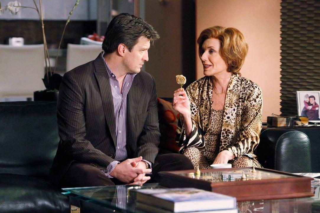 Martha (Susan Sullivan, r.) schwelgt in Erinnerungen und gibt ihrem Sohn Richard (Nathan Fillion, l.) einen Einblick in ihre Vergangenheit. - Bildquelle: ABC Studios
