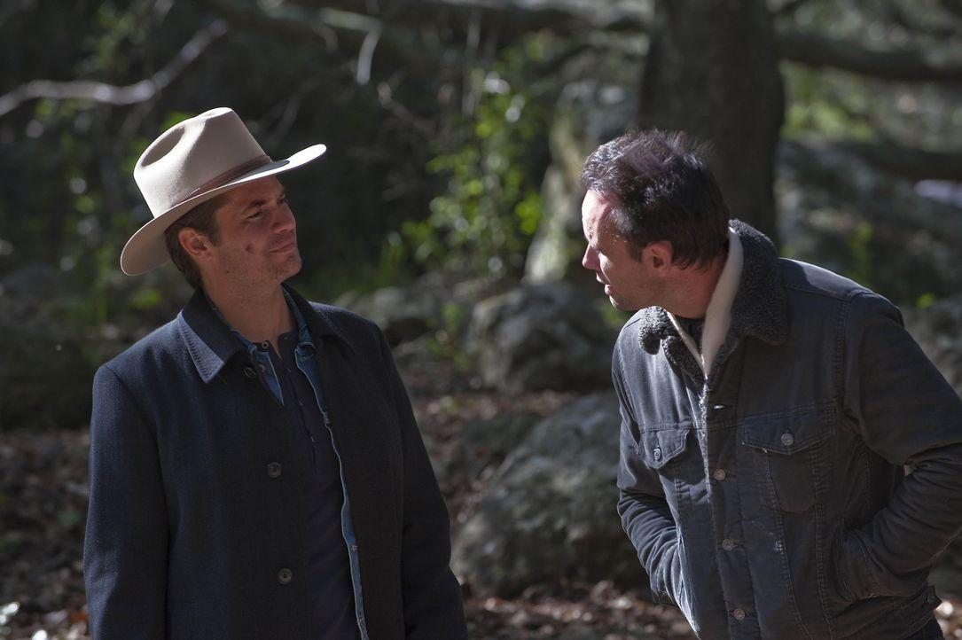 In den Wäldern von Harlan betreibt Boyd Crowder (Walton Goggins, r.) eine Art Kirche, wo er verlorene Seelen zu heilen versucht. Raylan Givens (Tim... - Bildquelle: 2010 Sony Pictures Television Inc. and Bluebush Productions, LLC. All Rights Reserved.