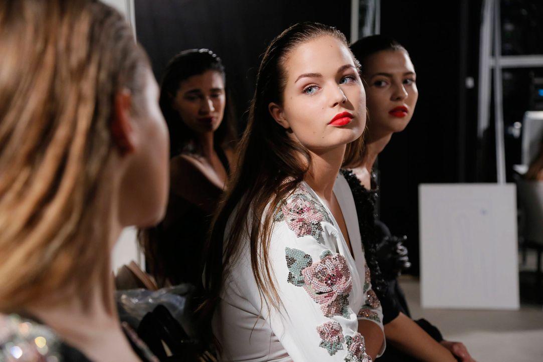 GNTM-Stf11-Epi01-erste-fashion-show-37-ProSieben-Huebner-TEASER - Bildquelle: ProSieben/Richard Huebner