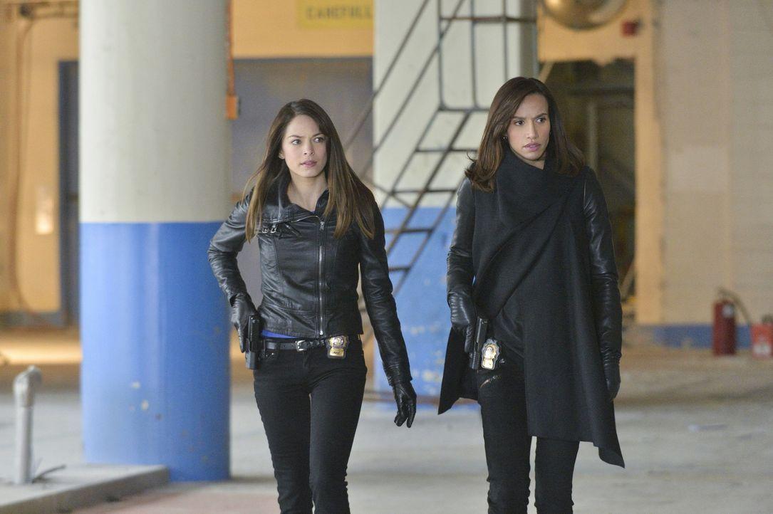 Versuchen herauszufinden, was Sam mit dem Serum von Muirfiled vorhat: Cat (Kristin Kreuk, l.) und Tess (Nina Lisandrello, r.) ... - Bildquelle: 2013 The CW Network, LLC. All rights reserved.