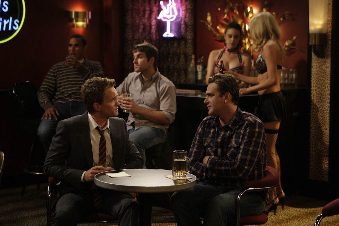 Während Ted ein Blind Date hat, schleift Barney (Neil Patrick Harris, l.) Marshall (Jason Segel, r.) mit in einen Strip-Club - allerdings gegen des... - Bildquelle: 20th Century Fox International Television