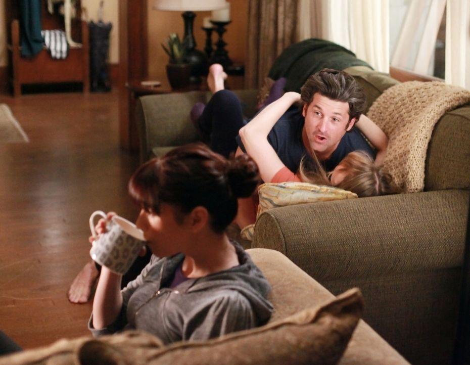 Damit Derek (Patrick Dempsey, M.) und Meredith (Ellen Pompeo, r.) endlich mal wieder einen gemeinsamen romantischen Abend verbringen können, bietet... - Bildquelle: ABC Studios