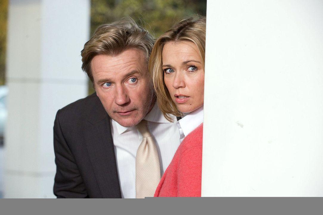 Reinhard (Jörg Schüttauf, l.) und Hannah (Tina Ruland, r.) beobachten Lina und Rafi auf der Raststätte ... - Bildquelle: Gordon Mühle Sat.1