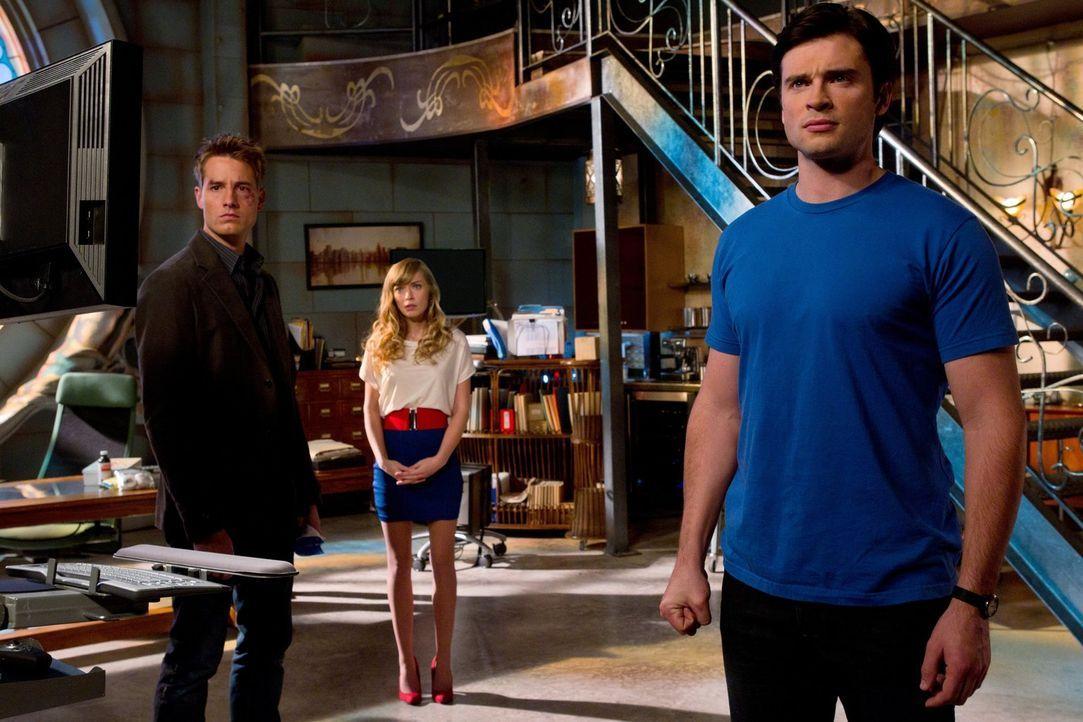 Nach den verheerenden Angriff auf Oliver (Justin Hartley, l.) kehrt Stargirl (Brittney Irvin, M.) nach Smallville zurück, um Clark (Tom Welling, r.)... - Bildquelle: Warner Bros.