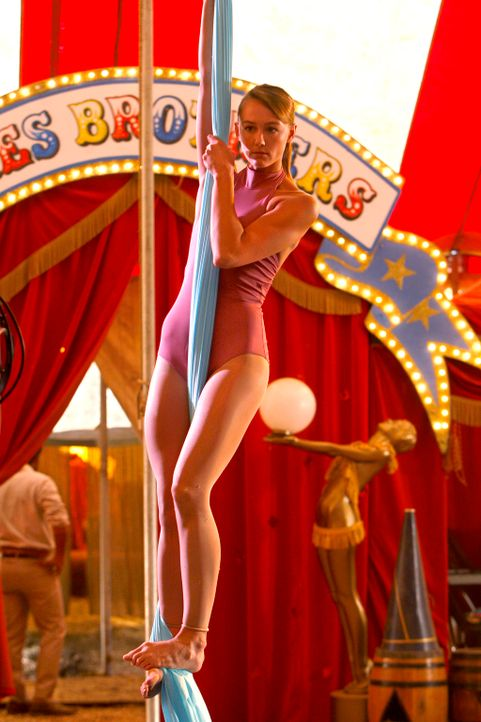 Rückblende: Die neue Nummer der jungen Artistin Mia Romanov (Sharni Vinson) verspricht ein großer Erfolg zu werden ... - Bildquelle: Warner Bros. Television