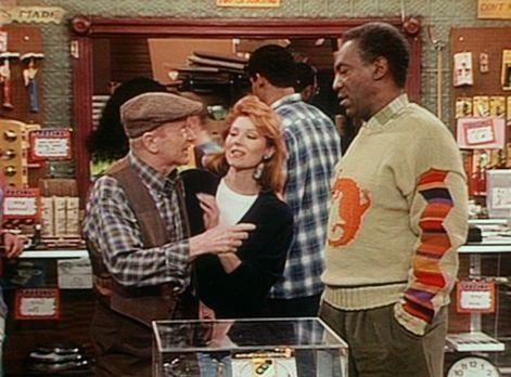 Bill Cosby Show - Jake (Red Buttons, l.) erzählt Cliff (Bill Cosby, r.) von e...