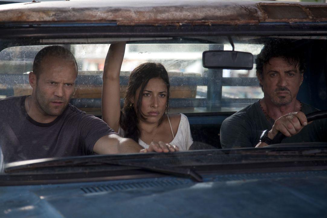 Bei einem Erkundungstrip auf dem kleinen Inselstaat Vilena treffen sich Barney (Sylvester Stallone, r.) und Christmas (Jason Statham, l.) mit ihrer... - Bildquelle: @ 2010 ALTA VISTA PRODUCTIONS, INC.