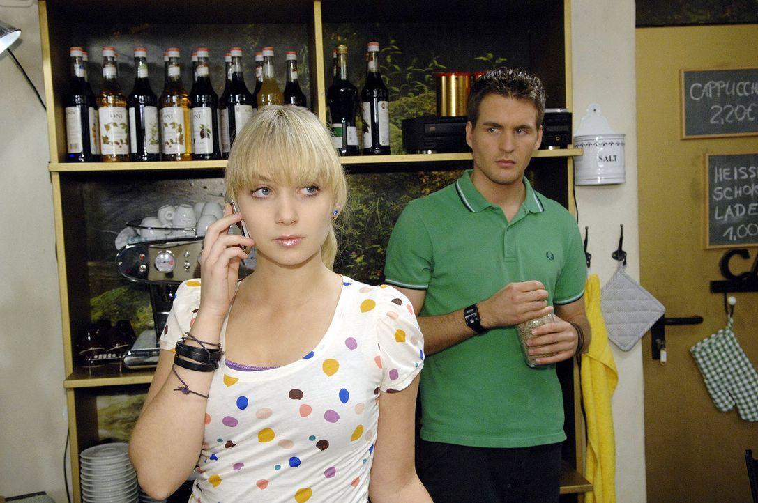 Trotz Lars' (Alexander Klaws, r.) Bedenken entscheidet sich Lily (Jil Funke, l.), ein letztes Mal im Gigi-Club aufzutreten - danach hat sie die Summ... - Bildquelle: Sat.1