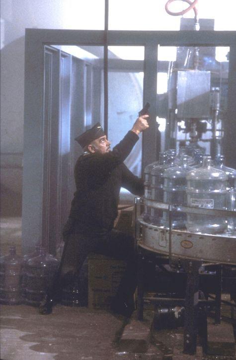 Leutnant Colonel Alan Caldwell (Sean Connery) jagt Lawrence's Killer in einer Trinkwasser-Firma ... - Bildquelle: Paramount Pictures