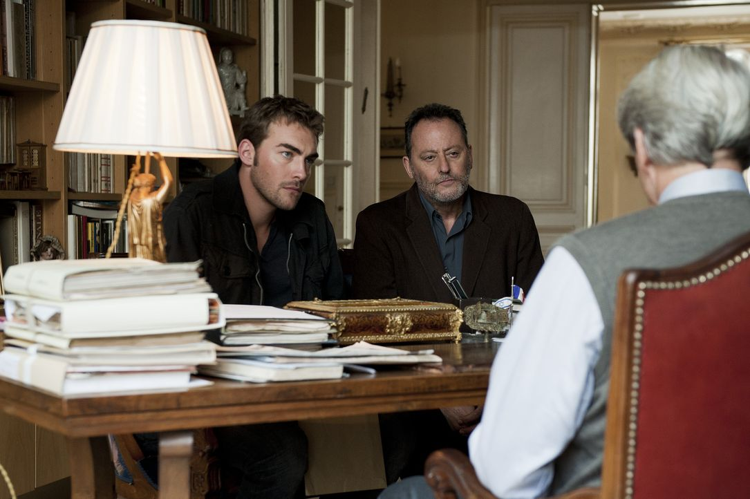 Jo St-Clair (Jean Reno, r.) und Bayard (Tom Austen, l.) befragen in ihrem neuen Mordfall einen Juristen. Dieser widmet sich Familien mit Holokaust -... - Bildquelle: Stéphanie Dupont Atlantique Productions