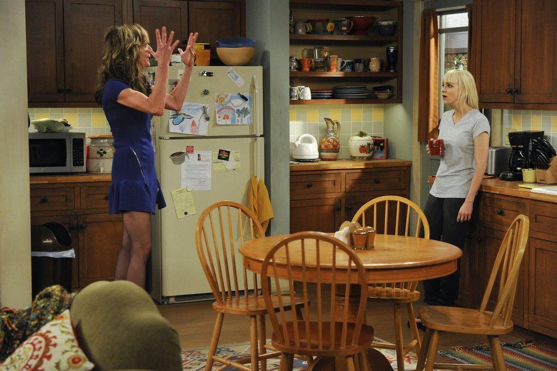 Christy (Anna Faris, r.) möchte keine Details über die Nacht erfahren, die Bonnie (Allison Janney, l.) mit Rudy verbracht hat - doch Einzelheiten bl... - Bildquelle: Warner Brothers Entertainment Inc.