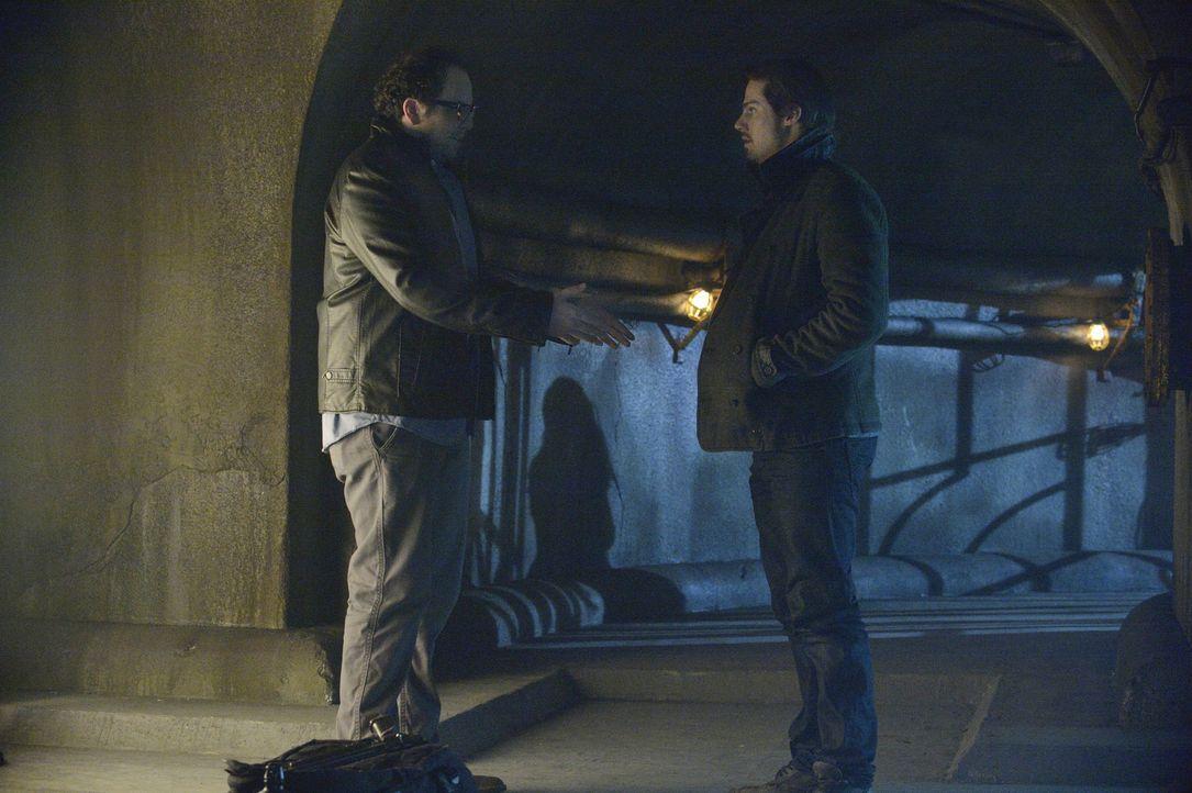 J.T. Forbes (Austin Basis, l.) erzählt Vincent (Jay Ryan, r.) von seinem Plan Vincents DNA in Evans Labor zu schmuggeln, damit alle denken, dass ein... - Bildquelle: 2013 The CW Network, LLC. All rights reserved.