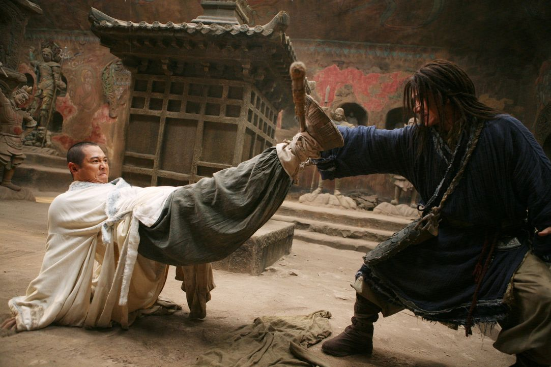 Die Kampfkunst des Kung-Fu: Der Mönch (Jet Li, l.) und Lu Yan (Jackie Chan, r.) wollen den jungen Jason aus der Zukunft auf seine Bestimmung und di... - Bildquelle: 2008 J&J Project LLC. ALL RIGHTS RESERVED.