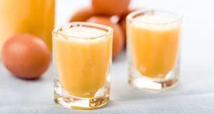 Die wichtigsten Zutaten für Eierlikörkuchen im Rezept sind – wenig überrasche...