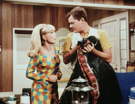 Bezaubernde Jeannie - Jeannie (Barbara Eden, l.) erfährt von Tony (Larry Hagm...