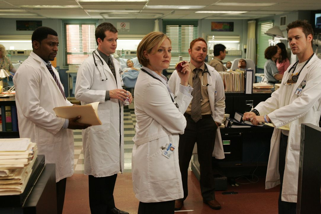 Teambesprechung: Dr. Pratt (Mekhi Phifer, l.), Dr. Babinski (Michael Spellman, 2.v.l.), Dr. Lewis (Sherry Stringfield, M.), Dr. Morris (Scott Grimes... - Bildquelle: Warner Bros. Television