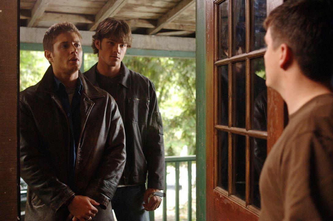 Sam (Jared Padalecki, M.) und Dean (Jensen Ackles, l.) suchen nach Hinweisen, um das mysteriöse Verschwinden des jungen Mädchens aufzuklären ... - Bildquelle: Warner Bros. Television