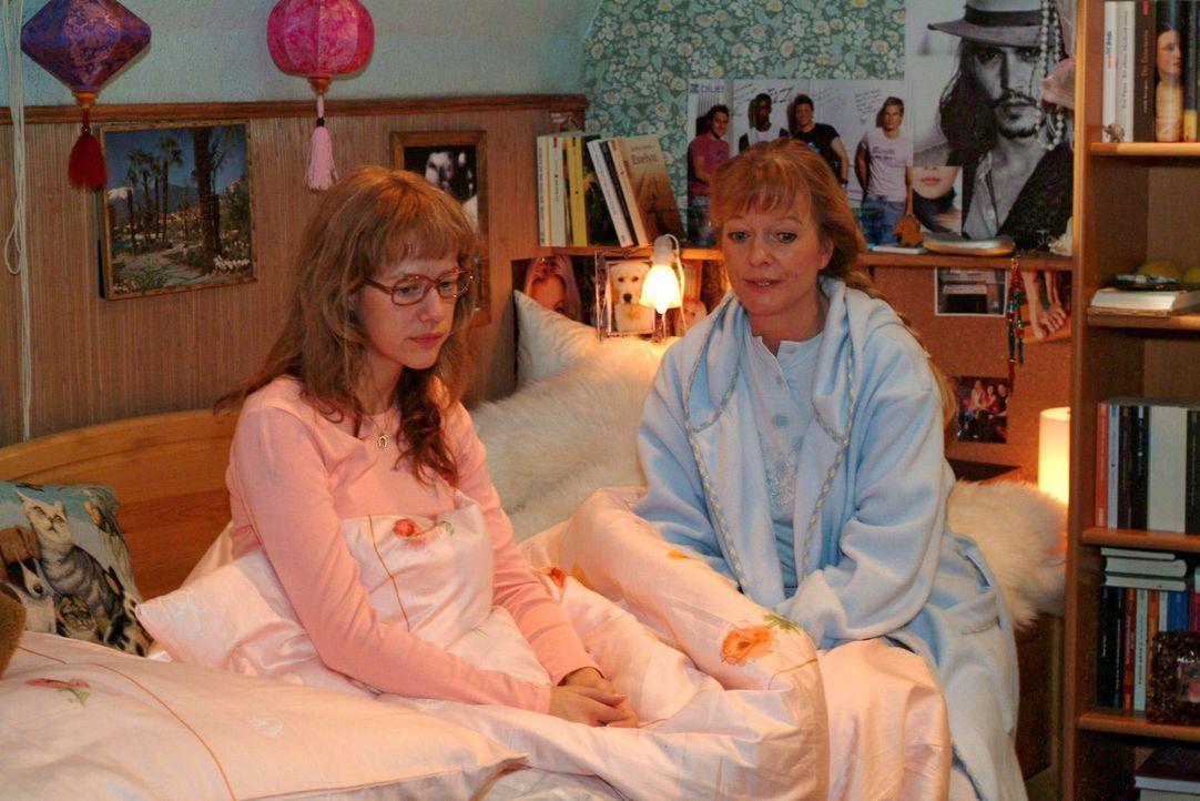 Lisa (Alexandra Neldel, l.) bekommt von ihrer Mutter Helga (Ulrike Mai, r.) gut gemeinte Ratschläge auf den Weg, damit sie ihren ersten Arbeitstag... - Bildquelle: Sat.1