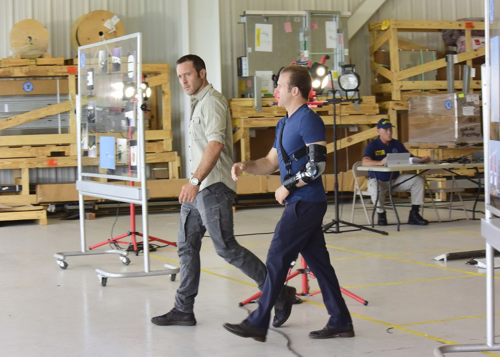 Sind überzeugt, dass mit dem Flugzeugabsturz etwas faul ist: McGarrett (Alex O'Loughlin, l.) und Danni (Scott Caan, r.) ... - Bildquelle: Norman Shapiro 2017 CBS Broadcasting Inc. All Rights Reserved.