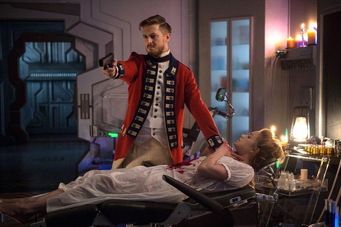 Als Sara (Caity Lotz, vorne) und die anderen Legends ins Jahr 1776 reisen, um den Mord an George Washington zu verhindern, treffen sie auf einen Rip... - Bildquelle: Warner Brothers