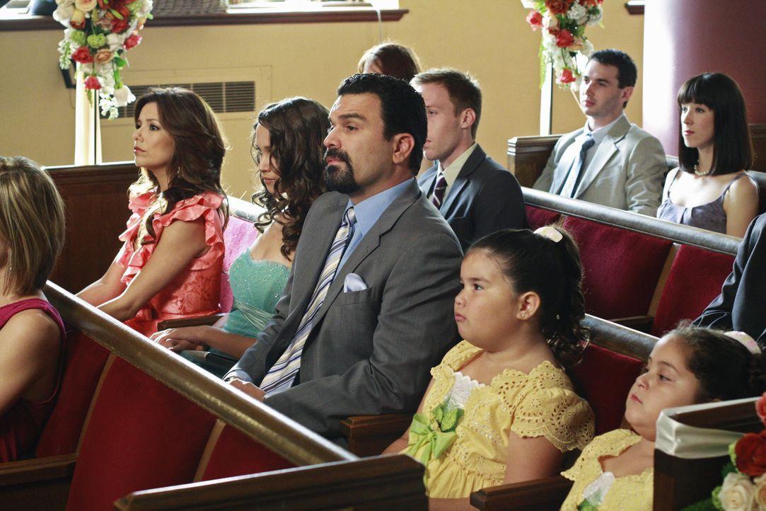 Zwei Monate nach dem Vorfall mit Dave findet in Fairview eine Hochzeit statt. Gabrielle (Eva Longoria, l.), Ana (Maiara Walsh, 2.v.l.), Carlos (Rich... - Bildquelle: ABC Studios