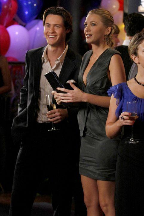 Da Serena (Blake Lively, r.) ihren Job nicht verlieren will, muss sie in der Öffentlichkeit jetzt Patricks (Simon Miller, l.) neue Freundin spielen. - Bildquelle: Warner Bros. Television