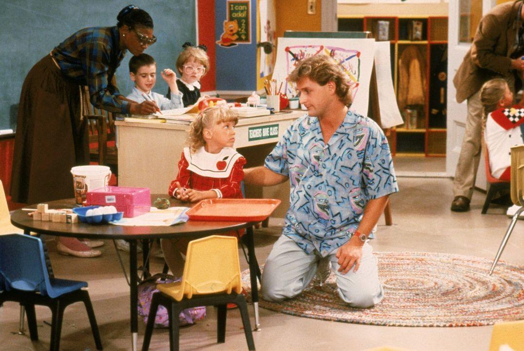 Wird es Joey (Dave Coulier, r.) gelingen, Stephanie (Jodie Sweetin, l.) davon zu überzeugen, dass Schule cool ist? - Bildquelle: Warner Brothers Inc.