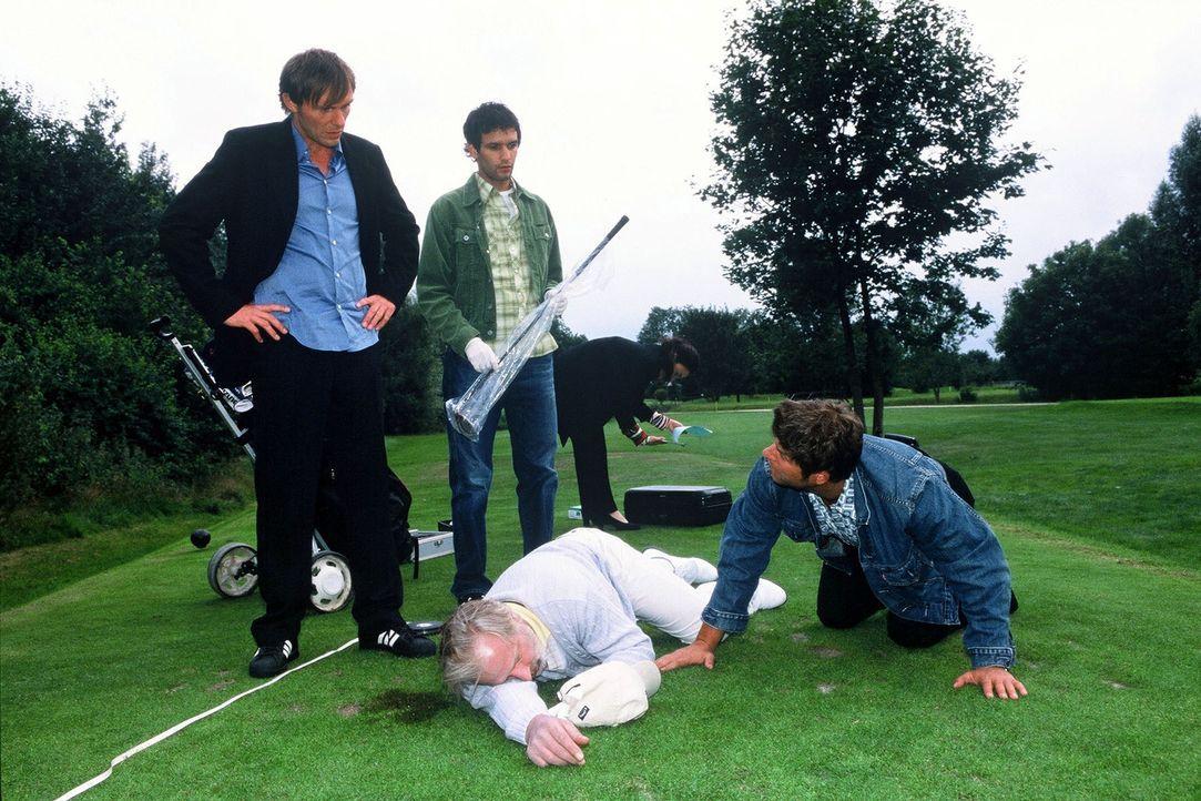 Jupp (Uwe Fellensiek, r.), Falk (Dirk Martens, l.) und Gino (Luca Zamperoni, M.) untersuchen die Leiche am Tatort. - Bildquelle: Münstermann Sat.1