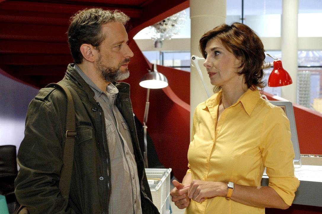 Ulrich (Wolfgang Wagner, l.) erfährt von Steffi (Karin Kienzer, r.), dass Anna gekündigt hat. - Bildquelle: Claudius Pflug Sat.1