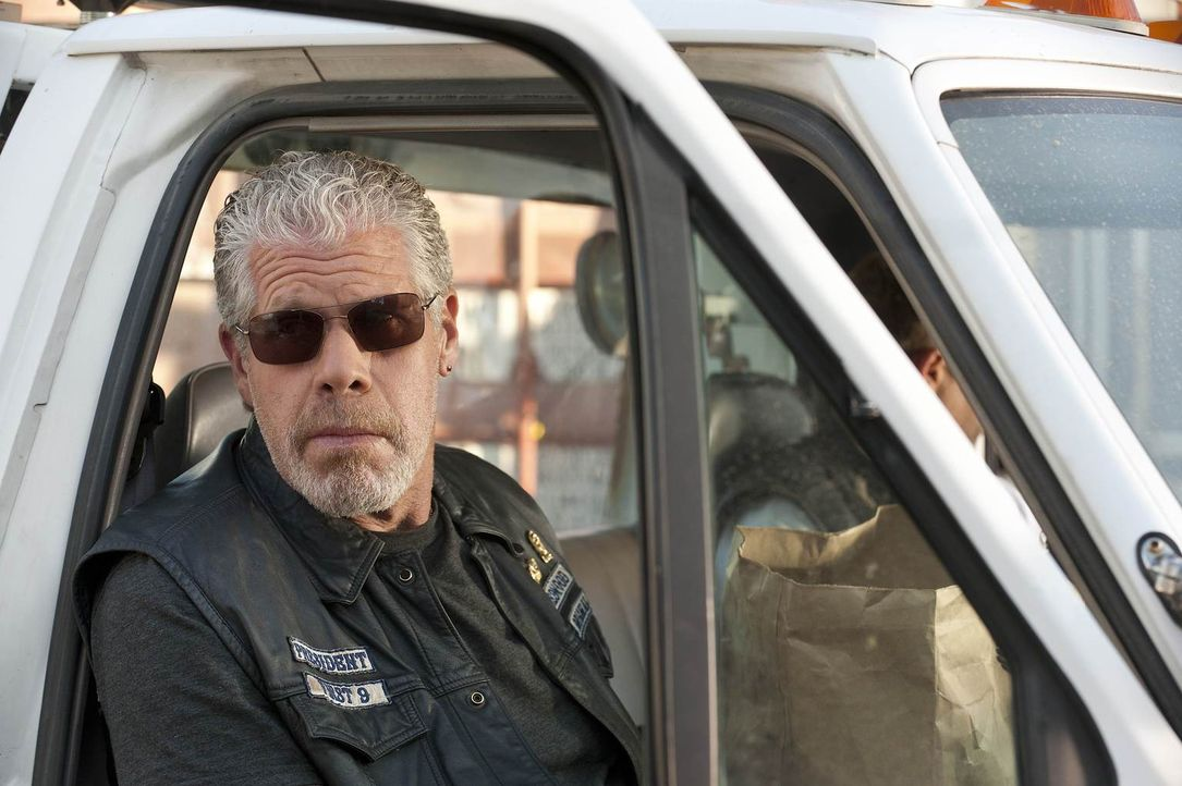 Wird Clay (Ron Perlman) Jax' Bedingung zustimmen und sein Versprechen einhalten? - Bildquelle: 2011 Twentieth Century Fox Film Corporation and Bluebush Productions, LLC. All rights reserved.