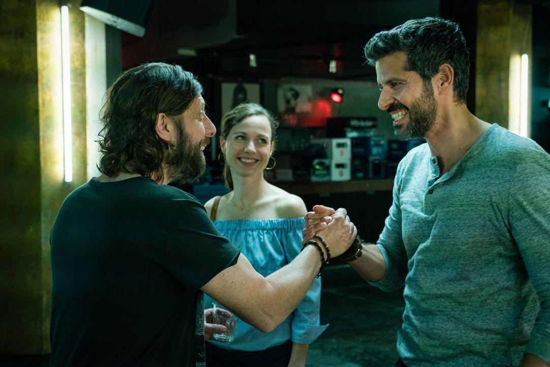 Als Mörli (Oliver Korittke, l.) erfährt, dass Ben (Pasquale Aleardi, r.) nicht Emma (Nadja Becker, M.) heiraten wird, versteht er die Welt nicht meh... - Bildquelle: Arvid Uhlig SAT.1