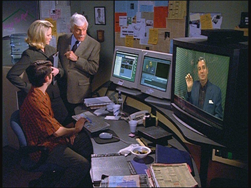 Mark (Dick Van Dyke, r.) lässt sich von der Assistentin Savannah einen Ausschnitt aus einer alten Sendung zeigen, bei der ein Kandidat einem Asthma... - Bildquelle: Viacom