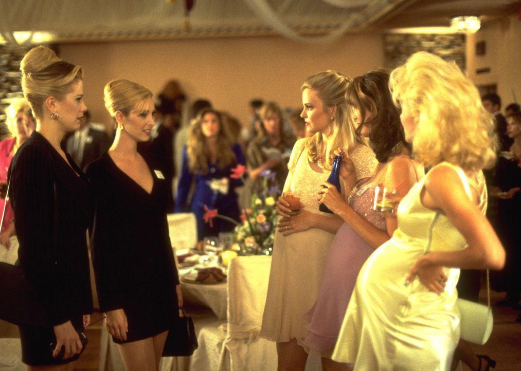 Die spießige Highschool-Zicken-Clique präsentiert sich an dem Abend kollektiv mit dicken Bäuchen. Romy (Mira Sorvino, l.) und Michele (Lisa Kudro... - Bildquelle: Buena Vista International Television