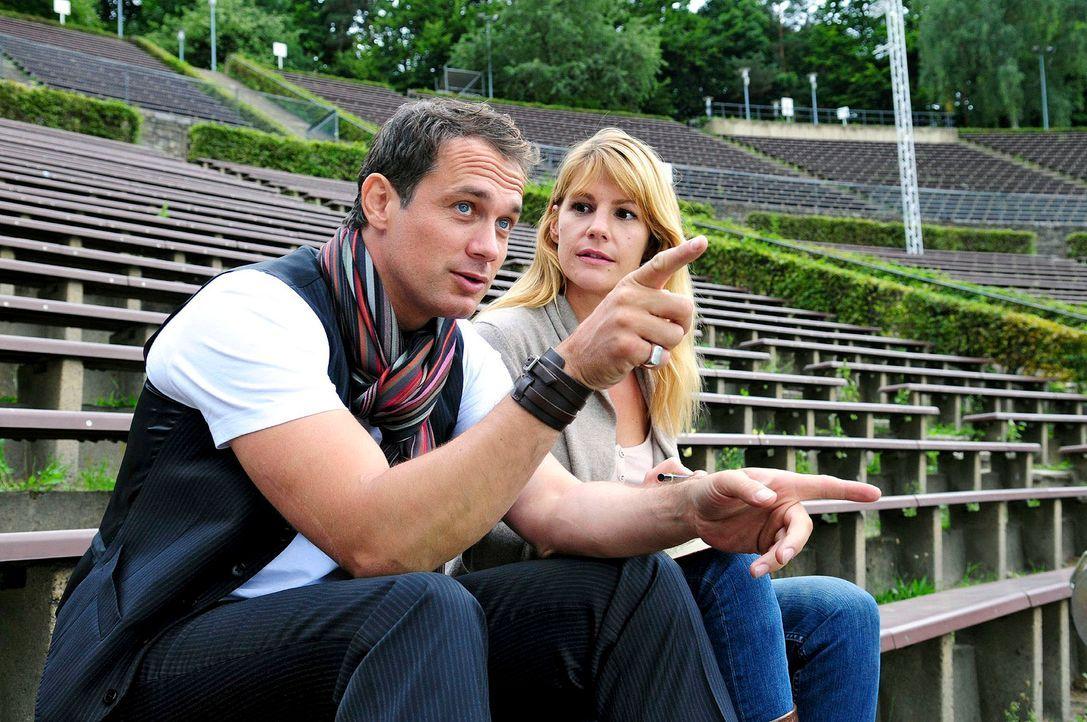 Martin (Ralf Bauer, l.) und Claudia (Sophie Schütt, r.) besuchen Orte, die für Martins Karriere wichtig waren. Claudia hofft, dass Martin wieder Ges... - Bildquelle: Christiane Pausch Sat.1