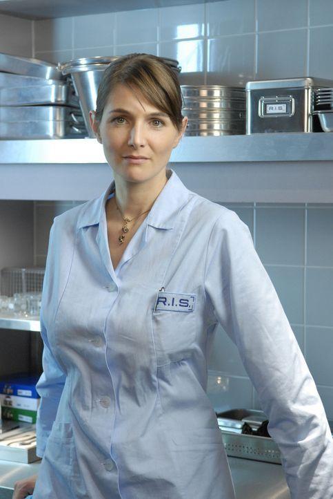 Die erfahrene Pathologin Dr. Stefanie Peters (Nicole Marischka) ist ein Muster an Professionalität und setzt alles daran, die genaue Todesursache i... - Bildquelle: Stephan Rabold Sat.1