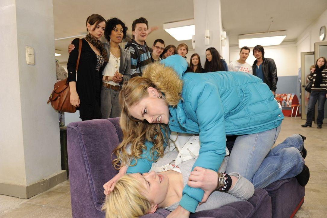 Geraten wegen Jenny aneinander: Caro (Sonja Bertram, oben) und Emma (Kasia Borek, unten) ... - Bildquelle: Christoph Assmann SAT.1
