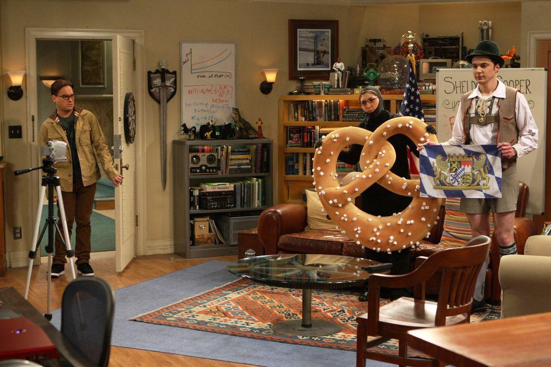 Sheldon (Jim Parsons, r.) möchte mit Amys (Mayim Bialik, M.) Hilfe sein Wissen über Flaggen per Video-Podcast in die Welt verbreiten. Leonard (Johnn... - Bildquelle: Warner Bros. Television