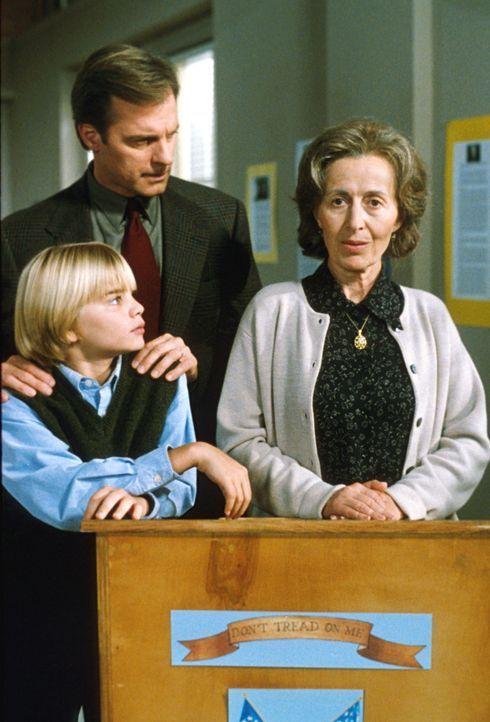Rev. Eric Camden (Stephen Collins, M.) ist stolz auf seinen Sohn Simon (David Gallagher, l.), dem es gelungen ist, Charlotte Kerjesz (Rita Zohar, r.... - Bildquelle: The WB Television Network
