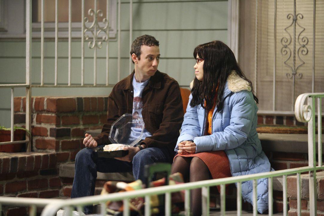 Betty (America Ferrera, r.) bittet Walter (Kevin Sussman, l.), mit ihr das Hotel zu testen, um sowohl das Wochenende mit Freund verbringen, als auch... - Bildquelle: Buena Vista International Television
